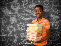 Immagine composita del ritratto dei libri di trasporto del ragazzo sveglio in biblioteca Fotografia Stock