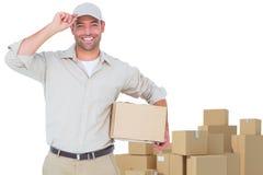 Immagine composita del ritratto del fattorino felice con il cappuccio d'uso della scatola di cartone Immagine Stock