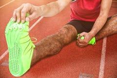Immagine composita del ritratto dell'atleta maschio che fa allungando esercizio Fotografia Stock