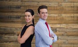Immagine composita del ritratto dell'uomo di affari e della donna di affari che posano indietro contro la parte posteriore Immagine Stock