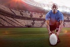 Immagine composita del ritratto della palla della tenuta del giocatore di rugby mentre inginocchiandosi con 3d Fotografie Stock Libere da Diritti