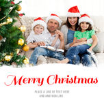 Immagine composita del ritratto di una famiglia a natale sul sofà Immagine Stock