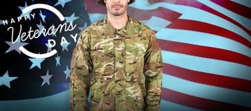 Immagine composita del ritratto del soldato sicuro che sta contro il fondo bianco immagine stock libera da diritti