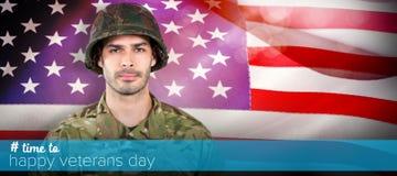 Immagine composita del soldato che sta contro il fondo bianco immagini stock libere da diritti