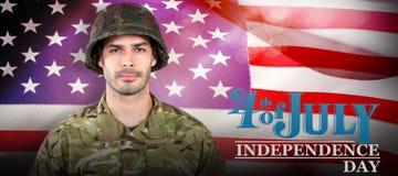 Immagine composita del soldato che sta contro il fondo bianco Immagine Stock Libera da Diritti