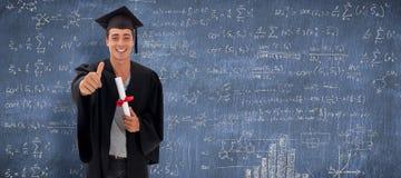 Immagine composita del tipo teenager felice che celebra graduazione Fotografia Stock