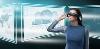 Immagine composita del vetro d'uso di realtà virtuale della donna Fotografia Stock