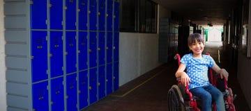 Immagine composita dell'allievo disabile sveglio che sorride alla macchina fotografica in corridoio Immagine Stock