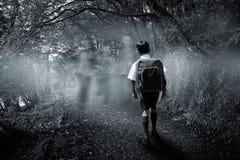 Immagine composita dell'allievo sveglio che cammina allo scuolabus Fotografie Stock Libere da Diritti