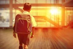 Immagine composita dell'allievo sveglio che cammina allo scuolabus Fotografie Stock