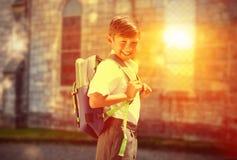 Immagine composita dell'allievo sveglio che cammina allo scuolabus Fotografia Stock