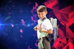 Immagine composita dell'allievo sveglio che cammina allo scuolabus Immagine Stock