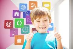 Immagine composita dell'allievo sveglio che sorride alla macchina fotografica in scuolabus Immagini Stock