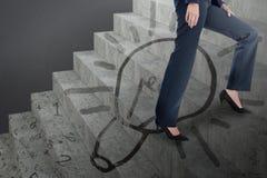 Immagine composita dell'immagine concettuale della donna di affari in talloni che scalano i punti Fotografie Stock