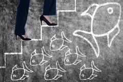 Immagine composita dell'immagine concettuale della donna di affari in talloni che scalano i punti Fotografia Stock