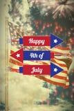 Immagine composita dell'immagine digitalmente generata dei razzi con i quarti felice del testo di luglio illustrazione vettoriale