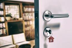 Immagine composita dell'immagine digitalmente generata della porta aperta con la chiave della casa fotografie stock libere da diritti
