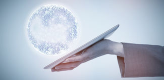 Immagine composita dell'immagine potata del computer 3d della compressa della tenuta dell'uomo d'affari Immagine Stock Libera da Diritti