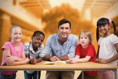 Immagine composita dell'insegnante e degli allievi che sorridono alla macchina fotografica alla biblioteca Immagini Stock Libere da Diritti