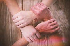 Immagine composita dell'immagine potata della gente che forma la catena della mano Immagini Stock Libere da Diritti