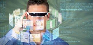 Immagine composita dell'uomo bello con i video vetri virtuali 3d Fotografia Stock