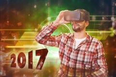 Immagine composita dell'uomo casuale dell'uomo che tiene i vetri virtuali su un fondo bianco Fotografia Stock