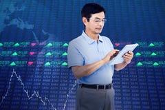 Immagine composita dell'uomo che per mezzo della compressa digitale mentre stando Fotografie Stock Libere da Diritti