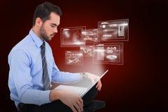 Immagine composita dell'uomo d'affari allegro che si siede sul pavimento facendo uso del computer portatile 3d Immagini Stock Libere da Diritti