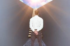 Immagine composita dell'uomo d'affari che gira il suo di nuovo alla macchina fotografica 3d Immagine Stock