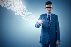 Immagine composita dell'uomo d'affari che indica mentre usando i vetri 3d di realtà virtuale Immagine Stock Libera da Diritti