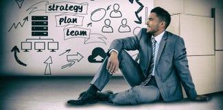 Immagine composita dell'uomo d'affari che si siede vicino alle scatole di cartone contro il fondo bianco Fotografie Stock