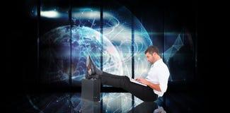 Immagine composita dell'uomo d'affari con i piedi su sulla cartella fotografia stock libera da diritti