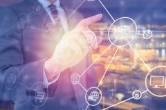 Immagine composita dell'uomo d'affari del midsection facendo uso dello schermo digitale futuristico 3d Fotografie Stock