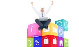 Immagine composita dell'uomo d'affari facendo uso del computer portatile e dell'incoraggiare illustrazione vettoriale