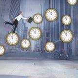 Immagine composita dell'uomo d'affari felice che salta con la sua cartella Fotografia Stock