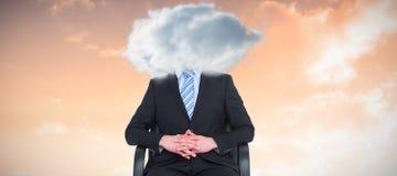 Immagine composita dell'uomo d'affari severo che si siede su una sedia dell'ufficio immagini stock libere da diritti