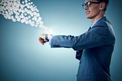 Immagine composita dell'uomo d'affari sorridente che esamina orologio astuto 3d Immagini Stock
