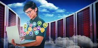 Immagine composita dell'uomo d'affari sorridente dei pantaloni a vita bassa facendo uso del suo computer portatile 3d Immagine Stock