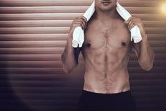 Immagine composita dell'uomo senza camicia di misura che esamina macchina fotografica Fotografie Stock Libere da Diritti