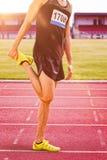 Immagine composita dell'uomo sportivo che allunga la sua gamba Fotografia Stock Libera da Diritti
