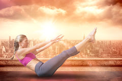 Immagine composita della bionda adatta messa a fuoco che fa yoga sulla spiaggia Immagini Stock Libere da Diritti