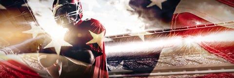 Immagine composita della condizione del giocatore di football americano con il casco che prepara gettare palla fotografia stock