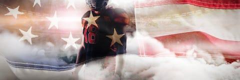 Immagine composita della condizione del giocatore di football americano con il casco di rugby immagine stock