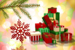 Immagine composita della decorazione rossa di natale che pende dal ramo Immagini Stock