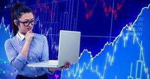 Immagine composita della donna asiatica che per mezzo del computer portatile Fotografia Stock