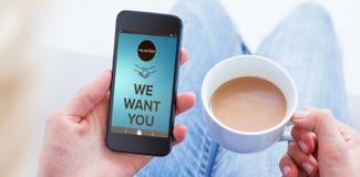 Immagine composita della donna che per mezzo del suo telefono cellulare e tenendo tazza di caffè Fotografie Stock Libere da Diritti