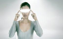 Immagine composita della donna che usando i video vetri virtuali Immagine Stock Libera da Diritti