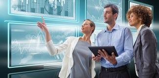 Immagine composita della donna di affari che indica mentre spiegando con i colleghi contro il fondo bianco Immagine Stock Libera da Diritti