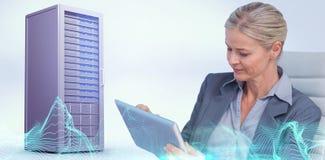 Immagine composita della donna di affari che per mezzo della compressa immagine stock