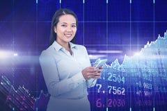 Immagine composita della donna di affari sorridente che per mezzo del suo smartphone Immagine Stock Libera da Diritti